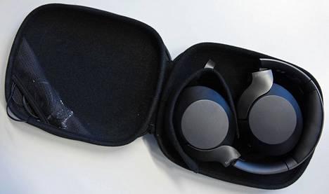 Kuulokkeet taittuvat litteiksi melko näppärään koteloon, jonka reunassa olevasta pussista saa tarvittaessa kuulokekaapelin kätevästi avaamatta koko koteloa levälleen.