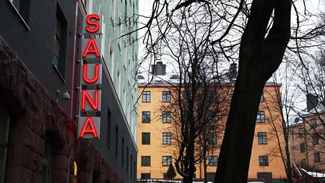 Kotiharjun saunan kyltti kuvattuna juuri kunnostamisen jälkeen vuonna 2018.