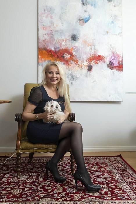 Pauliina Laitinen kuvattuna kodissaan Kaivopuistossa yhdessä Doria-koiransa kanssa. Nyt kaksikon elämään on saapunut mies.