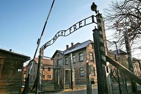 Auschwitzin tunnetuin näkymä lienee tämä portti, jonka yläpuolella on saksankielinen lause Arbeit macht frei – työ vapauttaa. Sama iskulause löytyy muun muassa myös Dachaun leiriltä.