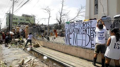 Taclobanissa avustuskeskusta rakennettiin katolisen kirkon tiloihin.