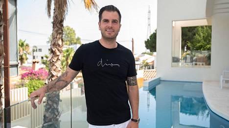 Niko Ranta-aho Espanjassa itse rakennuttamansa Villan altaalla Katiska-sarjan kuvauksissa 2020.