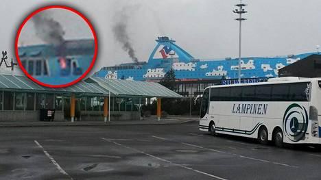 Liekit ja savu näkyivät Silja Galaxyn yläkannelta kauas maihin asti Turun satamassa.