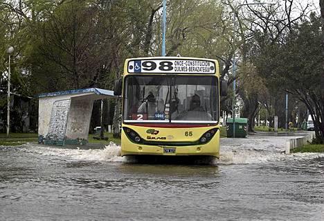 Vesi nousi kaduille Buenos Airesissa Argentiinassa.
