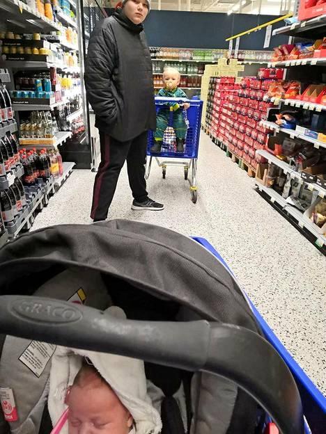 15-vuotias isoveli on korvaamaton kauppa- apu, kun 1-vuotias, vauva ja ostokset eivät yhteen kärryyn sovi.  Meri Tuuli Leppämäki