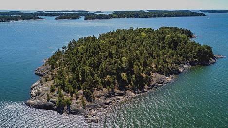 Saaren tarkkaa paikkaa Raaseporin saaristossa ei ole kerrottu.