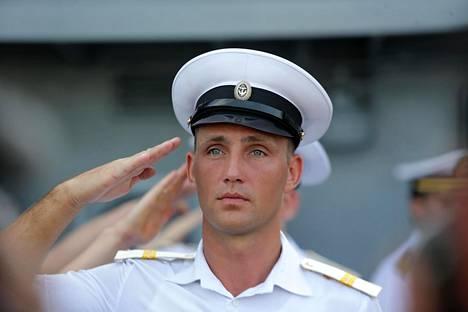 Venäjän laivaston sotilas veti käden lippaan Admiral Tributsin kannella Manilassa tiistaina.