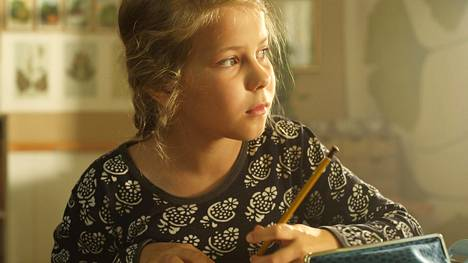 Ellan (Freja Teijonsalo) koulu uhataan lakkauttaa.