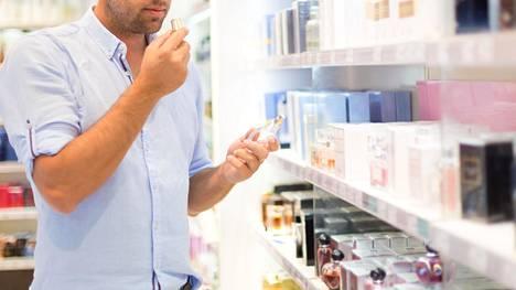 Miehet suuntaavat laivan kosmetiikkamyymälässä varmasti usein tuliaisostoksille, mutta tarttuupa heille sieltä matkaan jotain myös itselle.