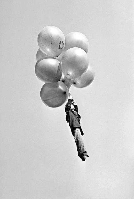1959: Vappupallot vievät miehen! ...onneksi vain nuken.