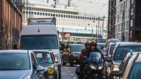 Liikenteen rajujen päästövähennysten ja liikenteestä saatavien verotulojen yhteensovittaminen on kaikkea muuta kuin kivutonta.