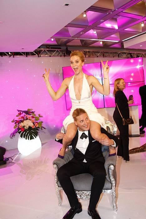 Kristiina Komulainen ja Sami Kuronen hassuttelivat missituolissa lähetyksen jälkeen.