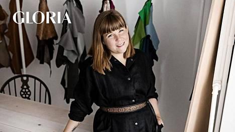 Lovia-laukkumerkin suunnittelija ja perustaja Outi Korpilaakso käyttää laukkuihinsa huonekalujen ylijäämänahkaa ja vielä pitkälti hyödyntämätöntä lohennahkaa.