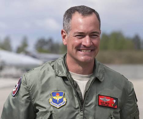 """Eversti Jeffrey Smith lentää itsekin F-15-konetta. Hän kertoo, että hänen suosikkinsa Top Gun -hävittäjäelokuvan hahmoista on Ron """"Slider"""" Kerner."""