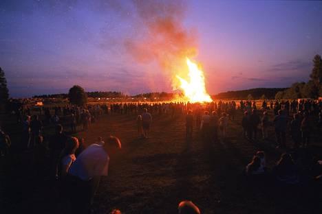 Juhannuksena 1999 Suomessa oli hellettä hyvin laajalti. Kuvassa Suomen korkein juhannuskokko Pilliniemessä Hyvinkäällä.