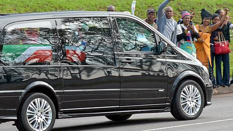 Eteläafrikkalaiset jättävät sankoin joukoin hyvästejä maan entiselle presidentille Nelson Mandelalle.