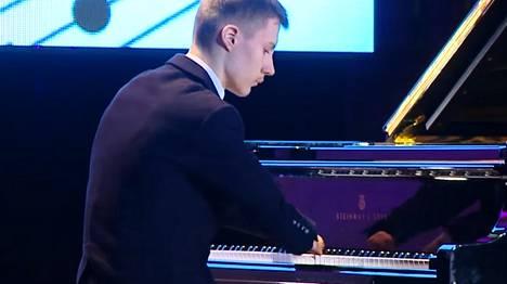Alexey Romanov oppi soittamaan pianoa fyysisistä rajoitteistaan huolimatta.