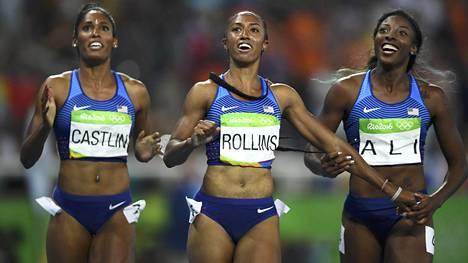 Yhdysvaltojen mitalikolmikko naisten pika-aitojen finaalissa. Pronssimitalisti Kristi Castlin, kultamitalisti Brianna Rollins ja hopeamitalisti Nia Ali.