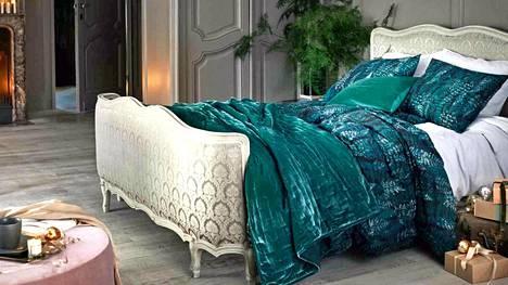 Luksuksen tuntua makuuhuoneeseen – vihreä, samettinen päiväpeitto tekee sängystä ylellisen runsaan. H&M.