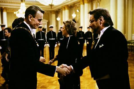 Jukka Virtanen ja vaimo Liisa Virtanen tervehtimässä tasavallan presidentti Mauno Koivistoa ja rouva Tellervo Koivistoa Linnan juhlissa 6. joulukuuta 1987.
