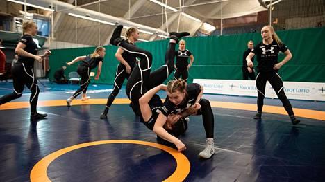 Petra Ollin Junior Team koostuu kahdeksasta tytöstä ympäri Suomea.