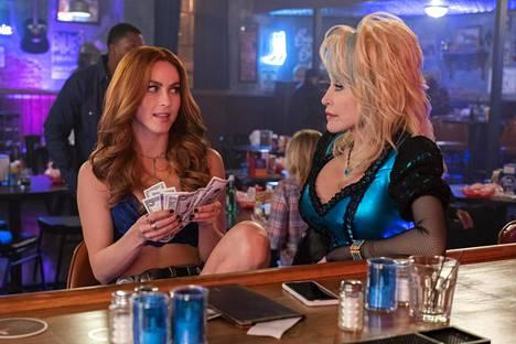 Dolly Parton's Heartstrings -sarjan aloittaa Jolene, jonka pääosassa on Julianne Hough. Dolly Parton itse esittää Babe-baariemäntää.