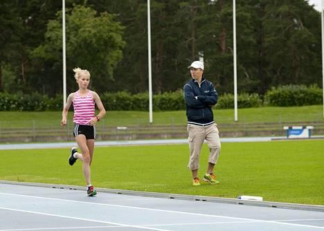 Jarmo Mäkelä kertoi olleensa yhteydessä Alisa Vainion valmentajaan Rami Virlanderiin.