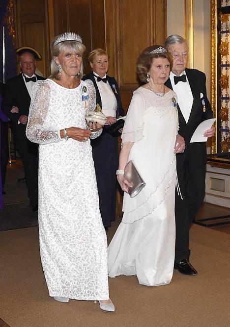 Kuninkaan siskot, prinsessa Birgitta ja prinsessa Désirée, olivat valinneet varsin samantyyliset, valkoiset iltapuvut.