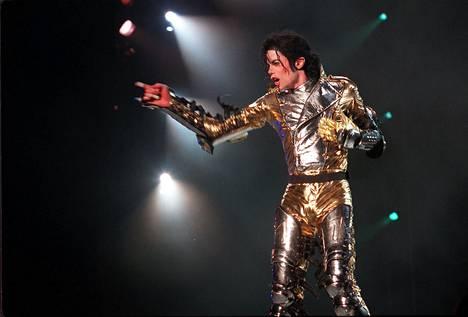 Michael Jacksonin lapset ovat kertoneet haastatteluissa, etteivät he nuorempana täysin ymmärtäneet, kuinka kuuluisa heidän isänsä on. Popin kuningas menehtyi kesäkuussa 2009 lääkkeiden yliannostuksen aiheuttamaan sydänkohtaukseen.