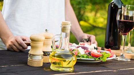 Välimeren perinteistä ruokavaliota noudattavat syövät runsaasti kasviksia, oliiviöljyä, pähkinöitä, hedelmiä, kalaa ja täysjyväviljoja ja käyttävät kohtuullisesti alkoholia ja vähänlaisesti punaista lihaa, makeisia ja teollisia viljoja.
