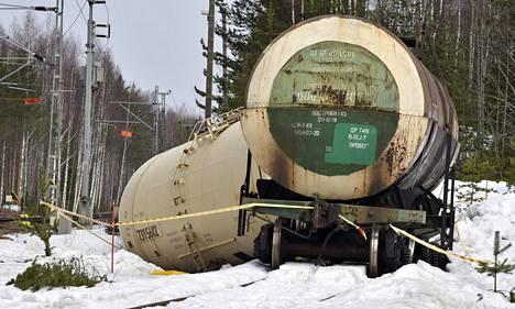 Rikkoutunut kemikaalivaunu Kinnin liikennepaikalla Mäntyharjulla 9. huhtikuuta 2018.