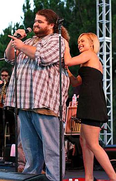 Lostista tuttu Jorge Garcia sai esiintymisensä aikana kannustusta Hayden Panetierreltä, joka lauloi myös taustoja Garcialle.