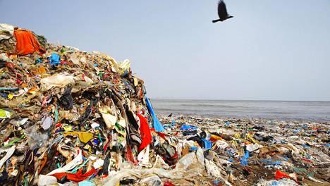 Muovia rannalla Intian Mumbaissa.