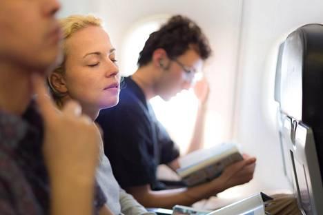 Vadén ei suosittele lentomatkalle lähtöä myöskään, jos olo on esimerkiksi flunssan takia kovin tukkoinen. Kuvituskuva, kuvan henkilöt eivät liity juttuun.