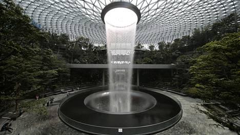 Onko tässä maailman upein lentokenttä? Sisällä 40 metriä korkea vesiputous ja metsä