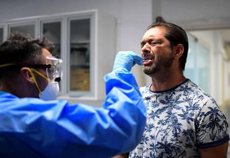 Espanjalaismieheltä otettiin koronavirusnäyte Madridiin avatussa väliaikaisessa testauspisteessä elokuun puolivälissä.