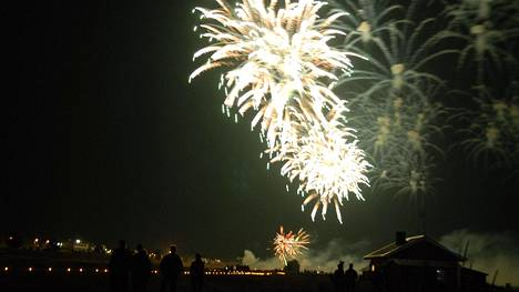 Veden, tulen ja valon juhlaa vietetään usein polttamalla lyhtyjä, ulkotulia, ja kokkoja. Myös ilotulitusjuhlat ovat yleisiä.