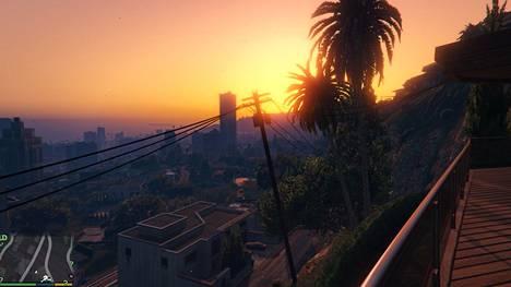 GTA V sijoittuu mielikuvitukselliseen Los Santosin kaupunkiin ja sen ympäristöön. Kuvakaappaus pelistä.
