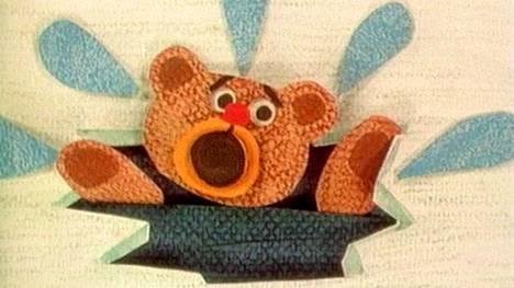 Heikot jäät! -animaatiossa Pikku Kakkosen hahmo, uhmakas nalle, tippuu avantoon.