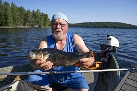Kalastaja Pauli Koski esittelee kilon ahventa Länsi-Teiskolla.
