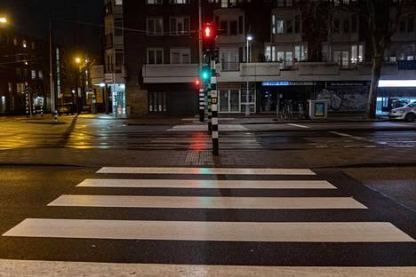 Esimerkiksi Hollannissa on otettu käyttöön öiset ulkonaliikkumiskiellot epidemiatilanteen hillitsemiseksi. THL:n laskelmien mukaan Suomessa lisärajoituksiin kannattaa mennä vasta, kun tartuntamäärät lähentelevät joulukuun huipputasoa.