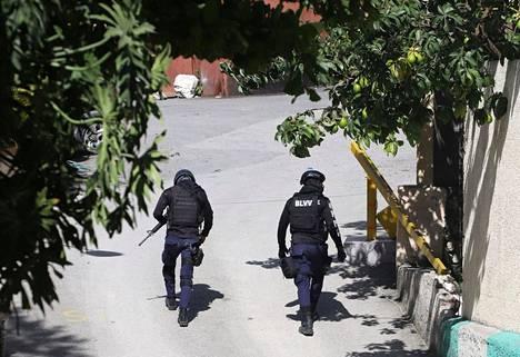 Poliisit juoksivat murhaa seuraavana päivänä presidentin asunnon lähistöllä.