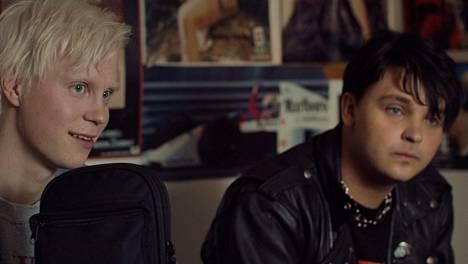 Apulanta-yhtyeen perustajia Toni Wirtasta ja Antti Lautalaa elokuvassa näyttelevät Tatu Sinisalo ja Roope Salminen.