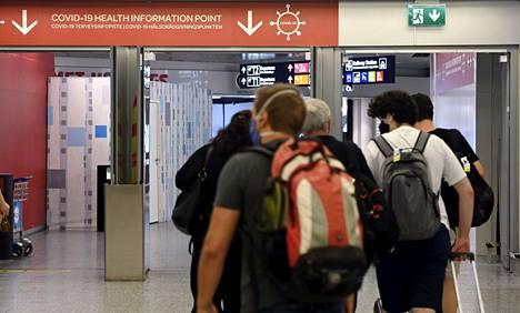 Koronaohjeistusta saapuvien lentomatkustajien aulassa Helsinki-Vantaan lentoasemalla 15. heinäkuuta.