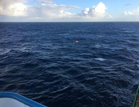 Pikkuruinen lautta löytyi aavalta valtamereltä paikannussignaalin avulla.