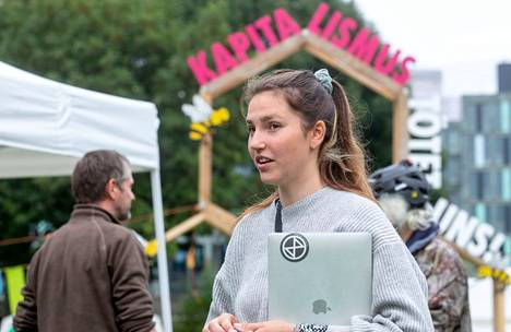 """Carla Hinrichs toimi """"Viimeinen sukupolvi"""" -aktivistiryhmän tiedottajana lauantaina."""