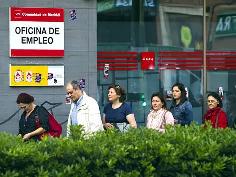 Espanjalaiset odottivat työvoimatoimiston avautumista Madridissa keväällä 2013.