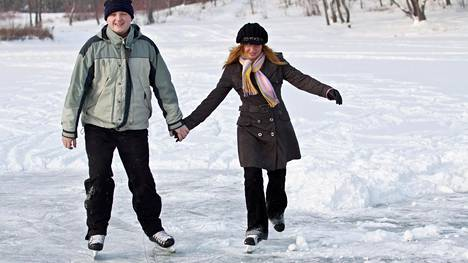"""""""Mies heittää vaivihkaa roskiin kuluneita pikkuhousujani"""" – näin suomalaisten pitkissä suhteissa rakastetaan"""