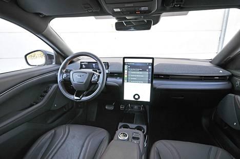 Etutilat ovat avarat ja eteerisen rauhalliset, mutta jopa ylisuureksi luonnehdittava 15,5-tuumainen kosketusnäyttö jakaa varmasti mielipiteitä. Esikuvana lienee toiminut Tesla.