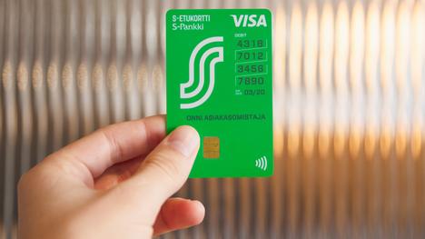 Uudessa kortissa painatukset ovat pystysuorassa ja maksukortin numero ryhmitelty neljän numeron sarjoihin.